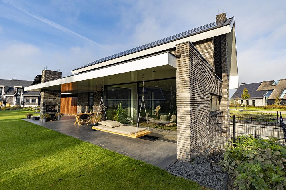 Zwarte aluminium ramen en deuren nieuwbouwwoning Reusel